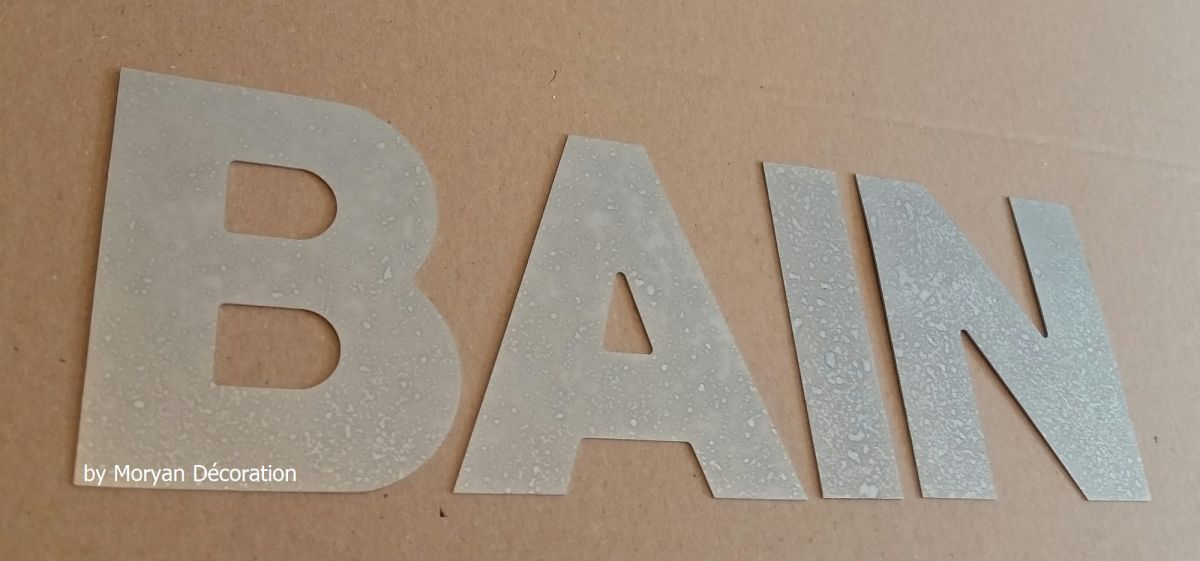 Lettre decorative en zinc BAIN 10 cm
