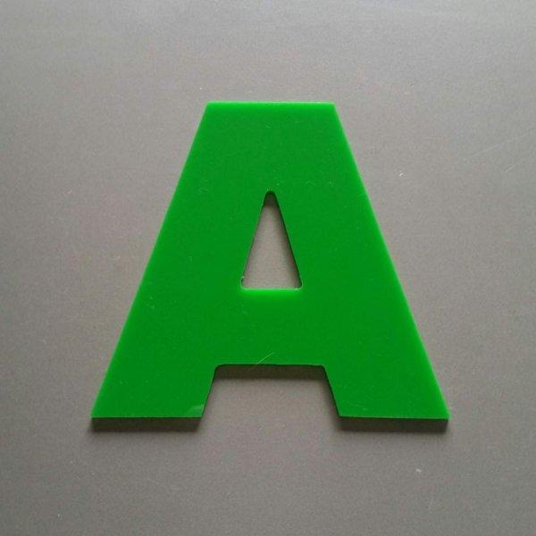 Lettre en Plexiglas de couleur